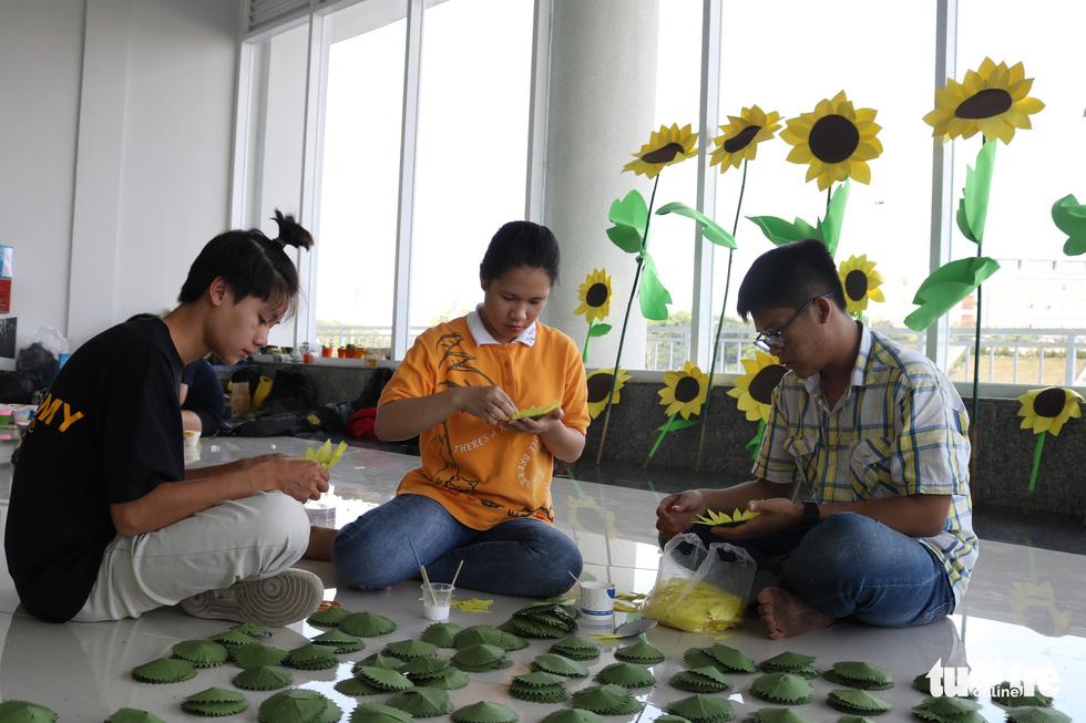 Hơn 5.000 hoa hướng dương cho chương trình Ước mơ của Thúy - Ảnh 3.