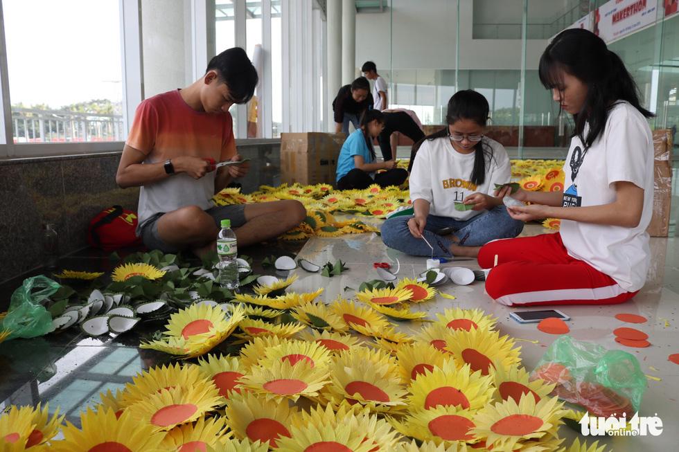 Hơn 5.000 hoa hướng dương cho chương trình Ước mơ của Thúy - Ảnh 1.