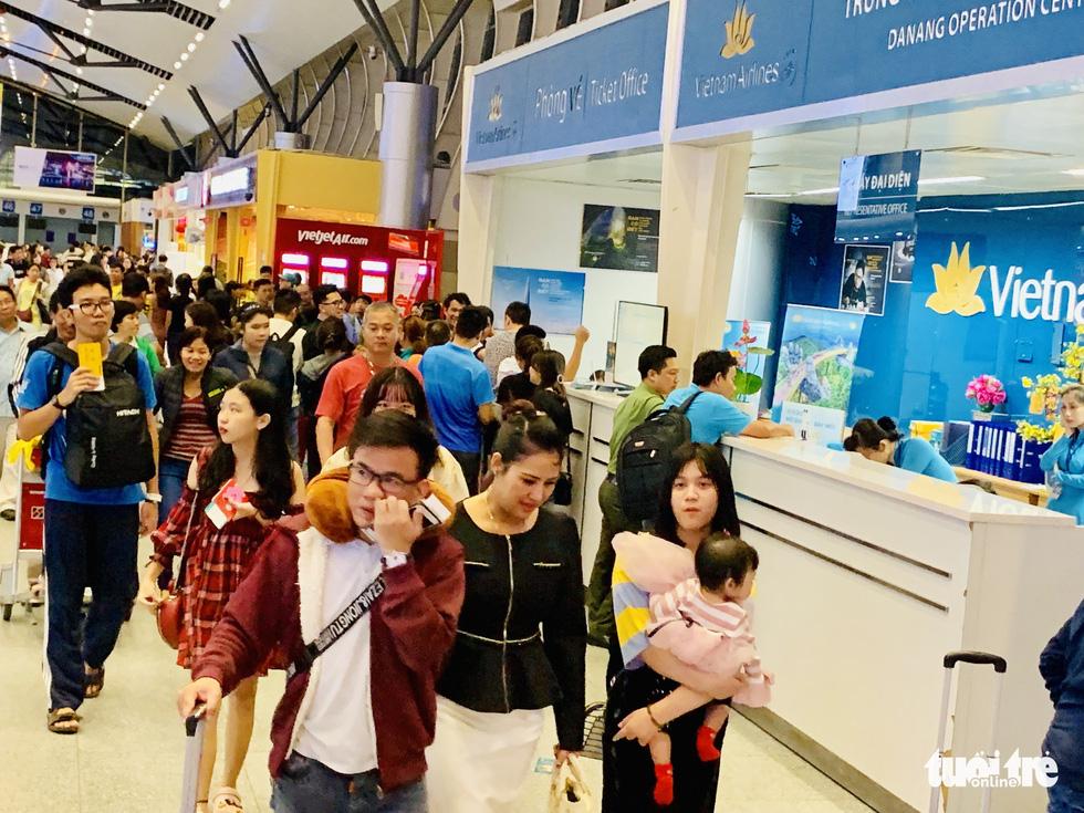 Đại lý vé máy bay chơi khăm, khách hàng bơ phờ ở sân bay - Ảnh 1.