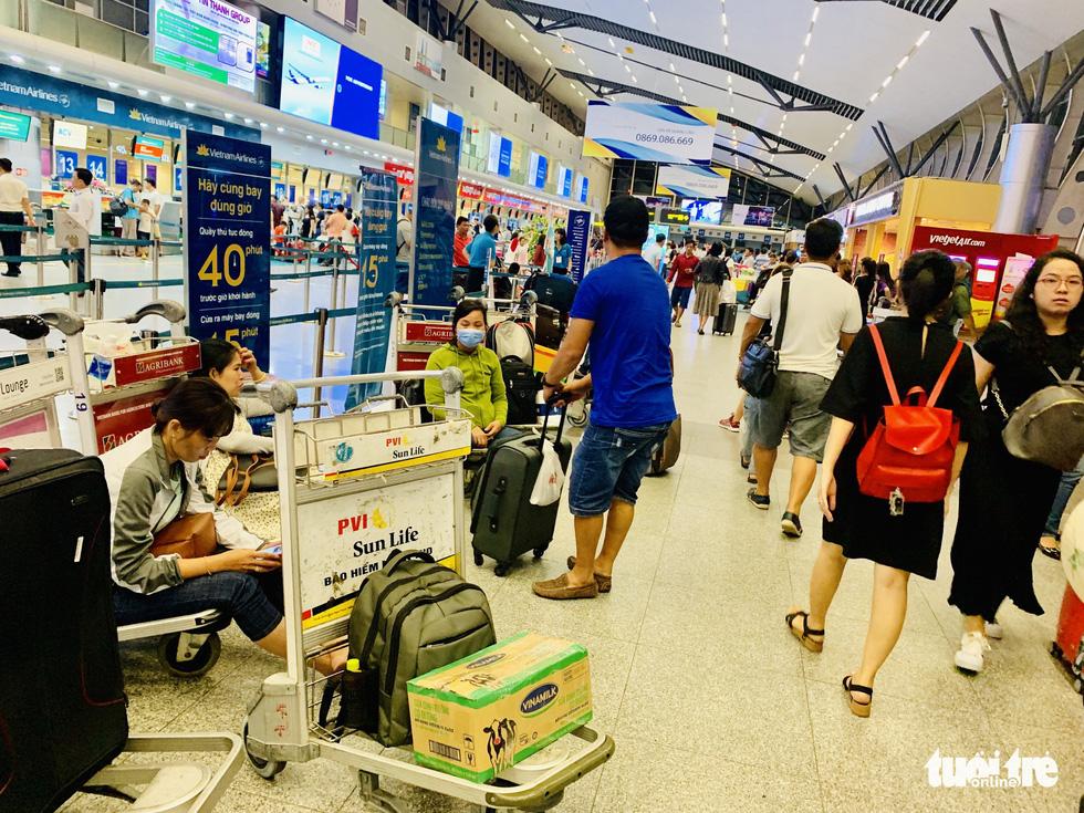 Đại lý vé máy bay chơi khăm, khách hàng bơ phờ ở sân bay - Ảnh 3.