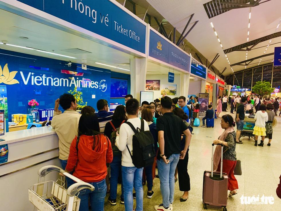 Đại lý vé máy bay chơi khăm, khách hàng bơ phờ ở sân bay - Ảnh 2.