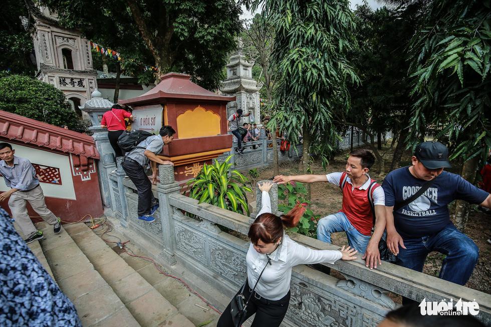 Đi 500m mất 2 tiếng, nhiều người xỉu trên đường chơi hội chùa Hương - Ảnh 15.