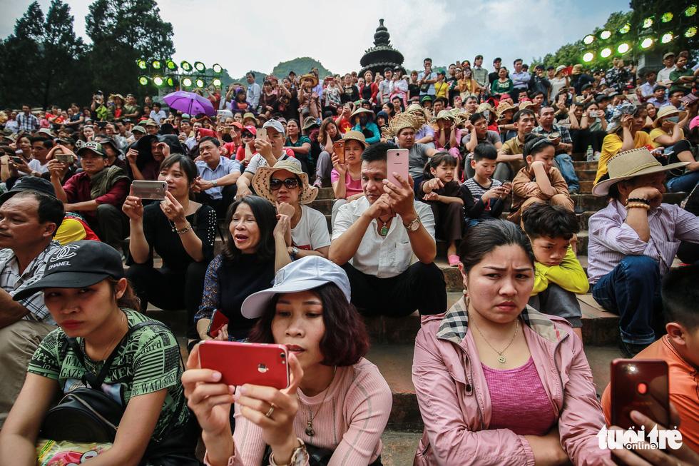 Đi 500m mất 2 tiếng, nhiều người xỉu trên đường chơi hội chùa Hương - Ảnh 4.