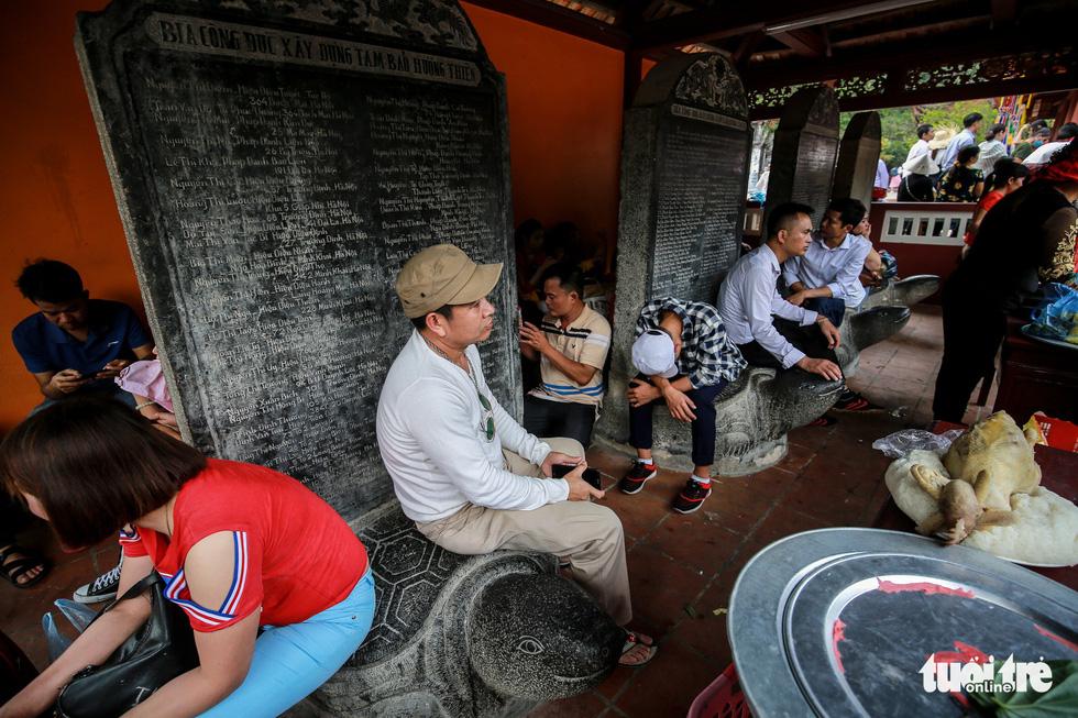 Đi 500m mất 2 tiếng, nhiều người xỉu trên đường chơi hội chùa Hương - Ảnh 13.