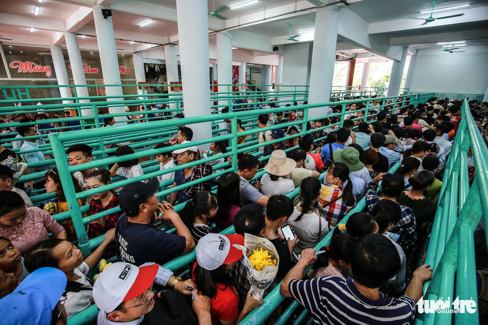 Đi 500m mất 2 tiếng, nhiều người xỉu trên đường chơi hội chùa Hương - Ảnh 6.