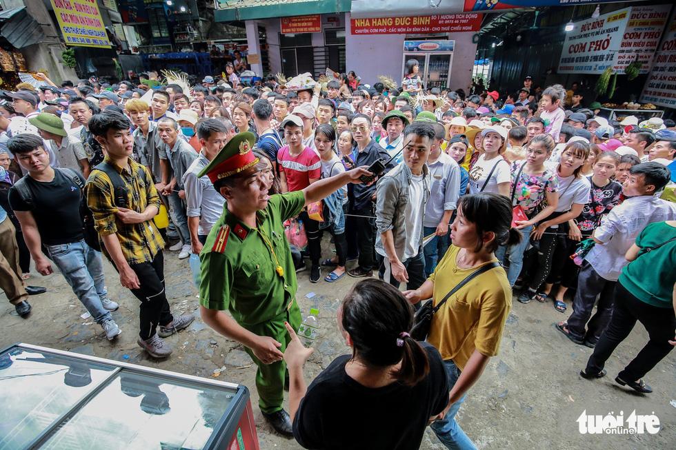 Đi 500m mất 2 tiếng, nhiều người xỉu trên đường chơi hội chùa Hương - Ảnh 12.
