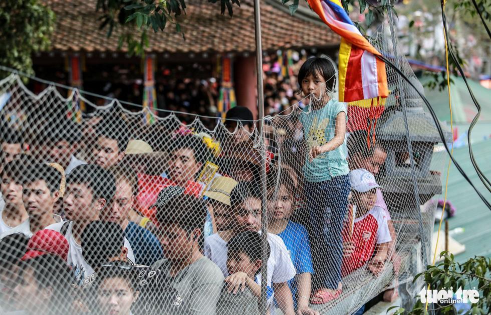 Đi 500m mất 2 tiếng, nhiều người xỉu trên đường chơi hội chùa Hương - Ảnh 1.