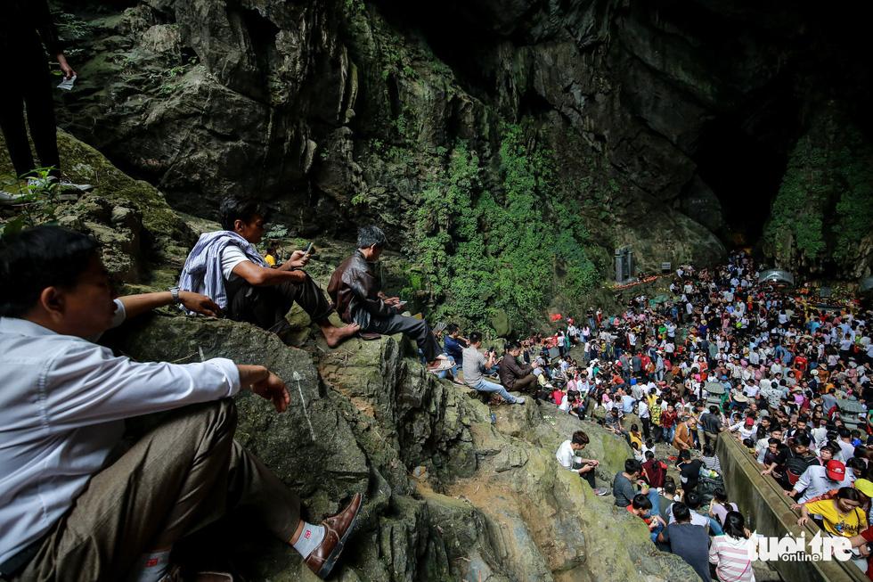 Đi 500m mất 2 tiếng, nhiều người xỉu trên đường chơi hội chùa Hương - Ảnh 9.