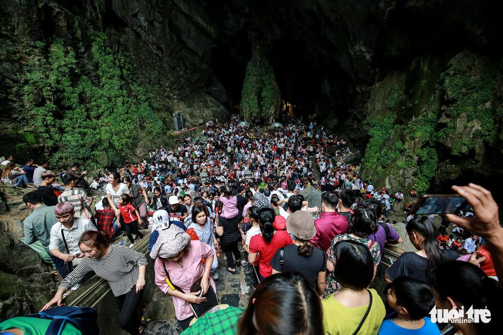 Đi 500m mất 2 tiếng, nhiều người xỉu trên đường chơi hội chùa Hương - Ảnh 8.