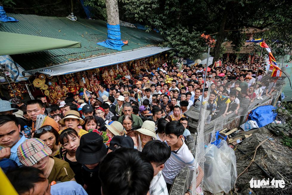 Đi 500m mất 2 tiếng, nhiều người xỉu trên đường chơi hội chùa Hương - Ảnh 10.