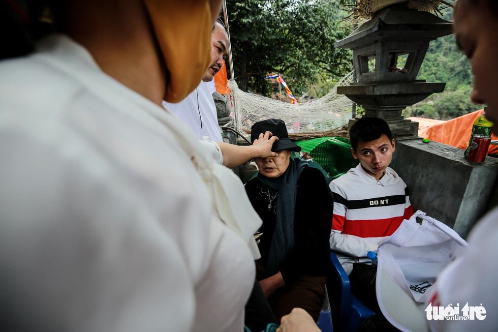 Đi 500m mất 2 tiếng, nhiều người xỉu trên đường chơi hội chùa Hương - Ảnh 2.
