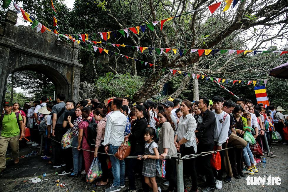 Đi 500m mất 2 tiếng, nhiều người xỉu trên đường chơi hội chùa Hương - Ảnh 7.