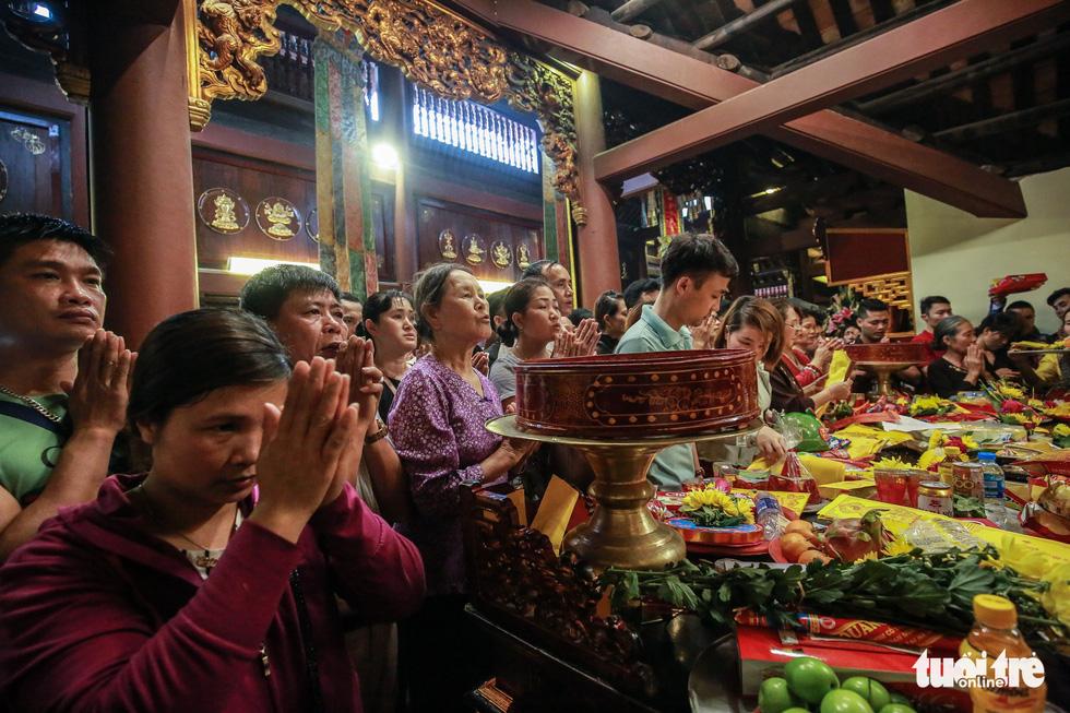 Đi 500m mất 2 tiếng, nhiều người xỉu trên đường chơi hội chùa Hương - Ảnh 5.