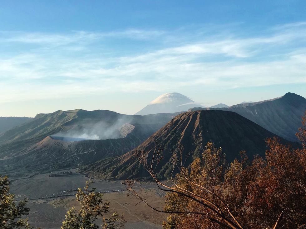 Thưởng thức đặc sản cát bụi ở núi lửa Bromo - Ảnh 1.