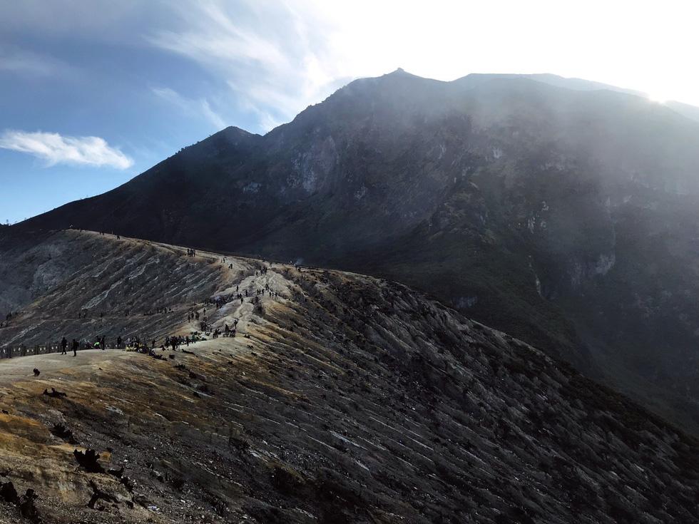 Thưởng thức đặc sản cát bụi ở núi lửa Bromo - Ảnh 5.