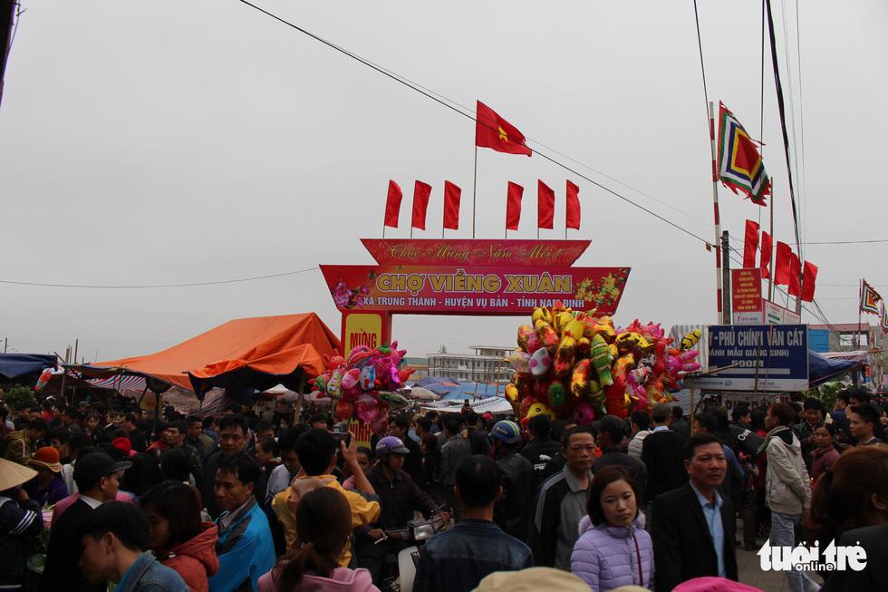 Đêm cầu may ở chợ Viềng Nam Định, đến đi bộ cũng không nhúc nhích nổi - Ảnh 4.