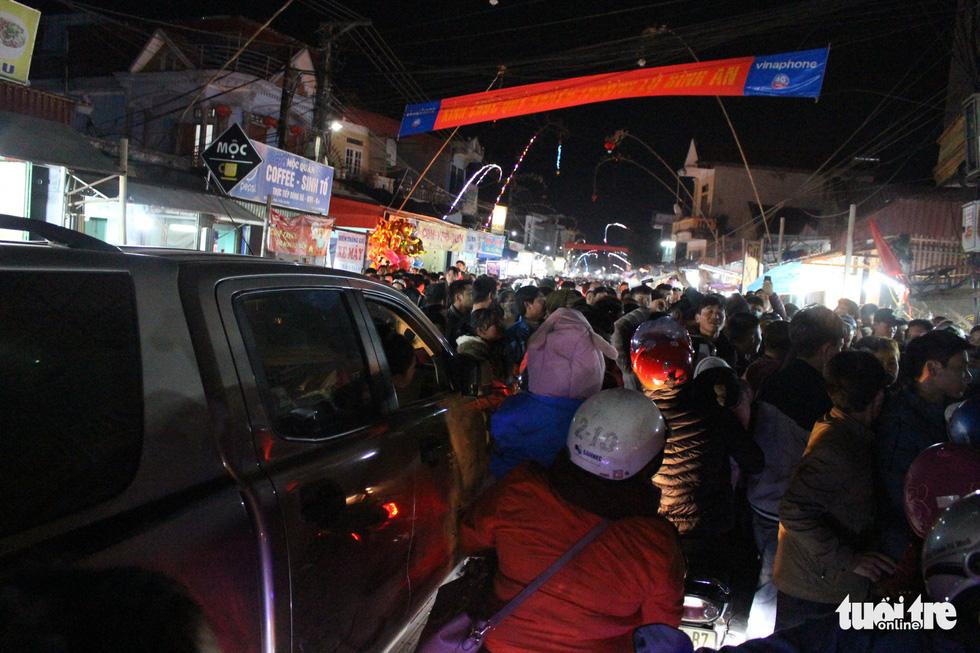 Đêm cầu may ở chợ Viềng Nam Định, đến đi bộ cũng không nhúc nhích nổi - Ảnh 3.