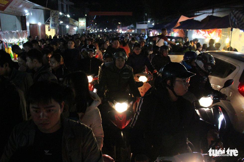Đêm cầu may ở chợ Viềng Nam Định, đến đi bộ cũng không nhúc nhích nổi - Ảnh 2.
