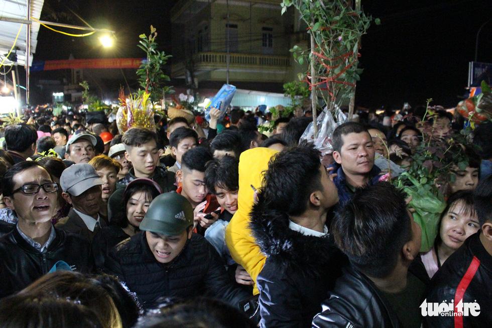 Đêm cầu may ở chợ Viềng Nam Định, đến đi bộ cũng không nhúc nhích nổi - Ảnh 1.