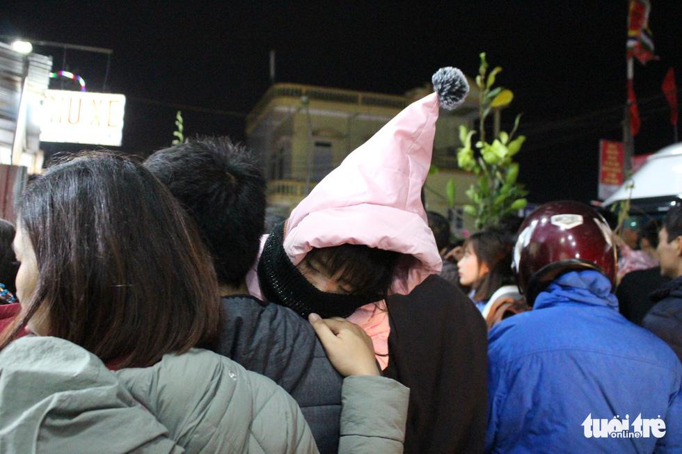 Đêm cầu may ở chợ Viềng Nam Định, đến đi bộ cũng không nhúc nhích nổi - Ảnh 6.