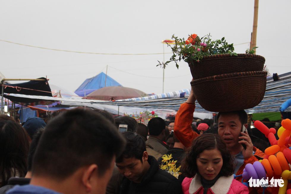 Đêm cầu may ở chợ Viềng Nam Định, đến đi bộ cũng không nhúc nhích nổi - Ảnh 5.