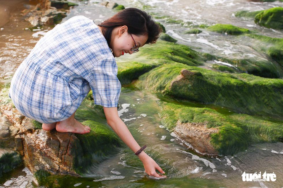 Ghềnh rêu đá Nam Ô hút bạn trẻ Đà Nẵng đến check-in - Ảnh 6.