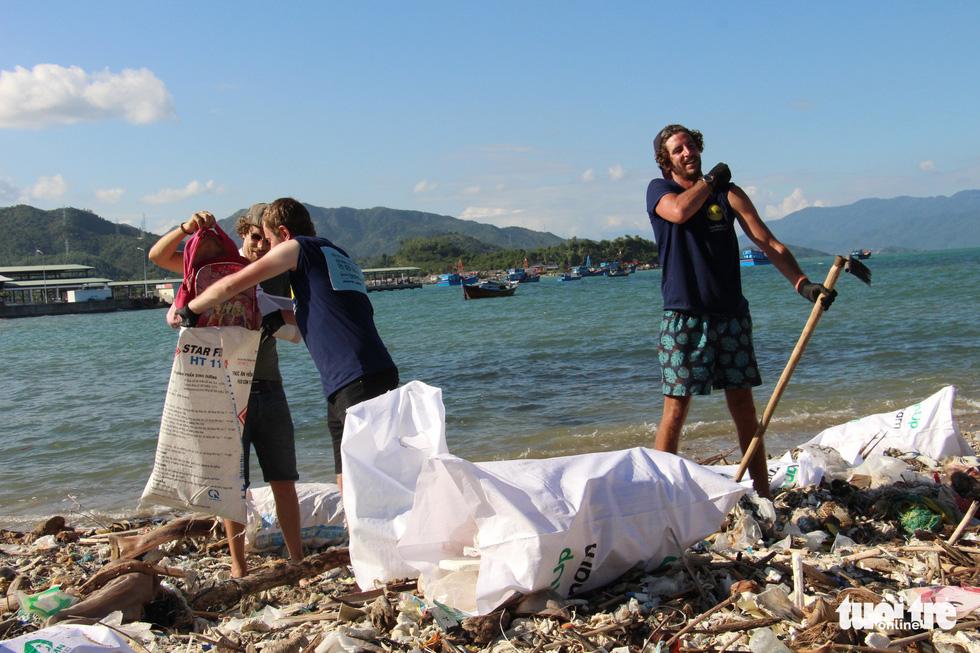 Bay từ Nam Phi, Argentina, Hà Lan qua Việt Nam… nhặt rác - Ảnh 4.