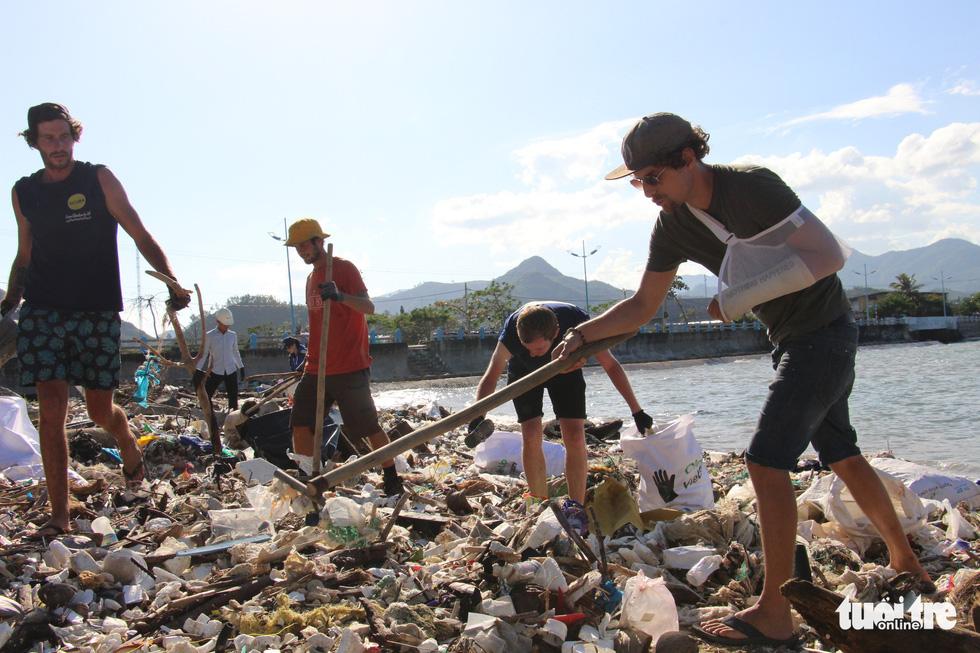 Bay từ Nam Phi, Argentina, Hà Lan qua Việt Nam… nhặt rác - Ảnh 1.