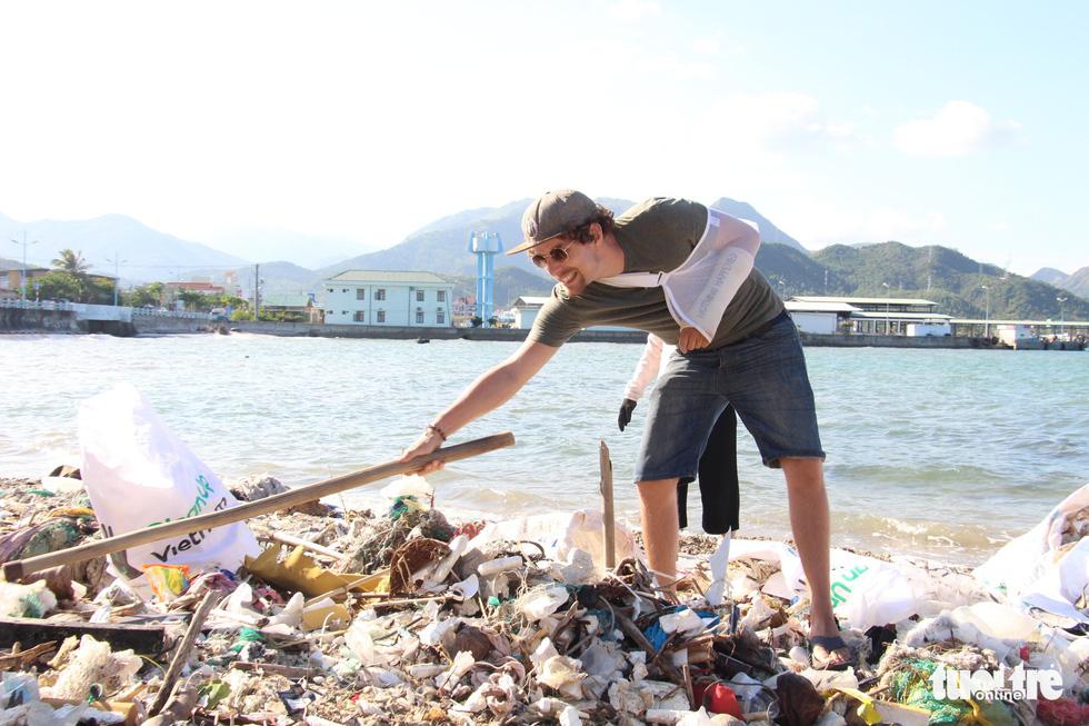 Bay từ Nam Phi, Argentina, Hà Lan qua Việt Nam… nhặt rác - Ảnh 5.