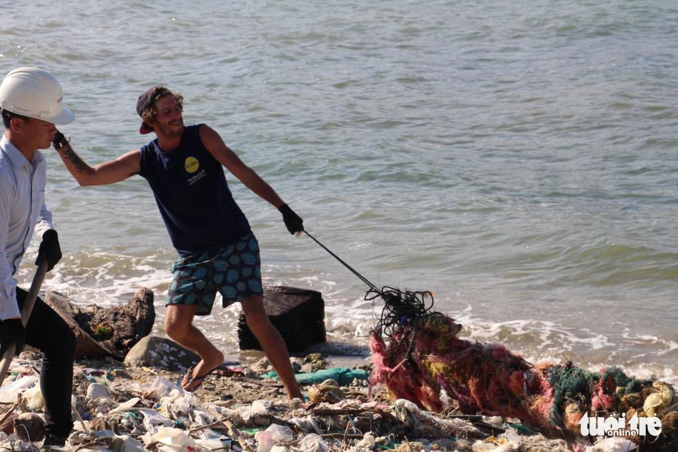 Bay từ Nam Phi, Argentina, Hà Lan qua Việt Nam… nhặt rác - Ảnh 11.