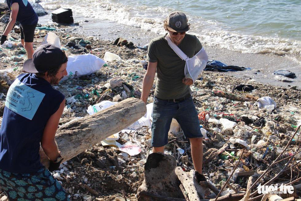 Bay từ Nam Phi, Argentina, Hà Lan qua Việt Nam… nhặt rác - Ảnh 7.