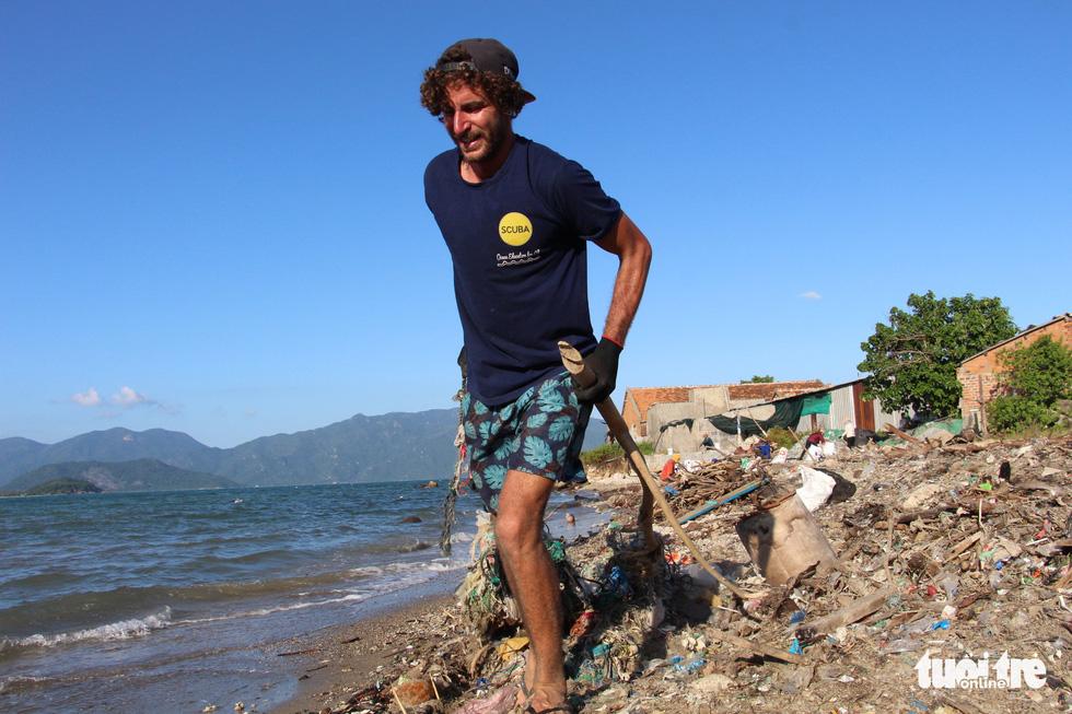 Bay từ Nam Phi, Argentina, Hà Lan qua Việt Nam… nhặt rác - Ảnh 6.