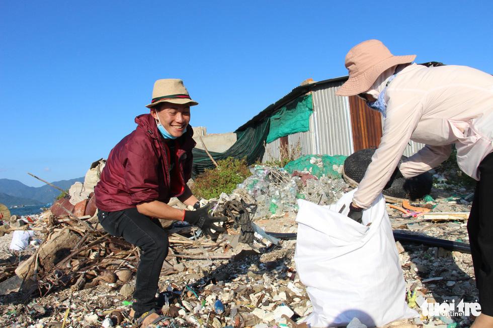 Bay từ Nam Phi, Argentina, Hà Lan qua Việt Nam… nhặt rác - Ảnh 9.