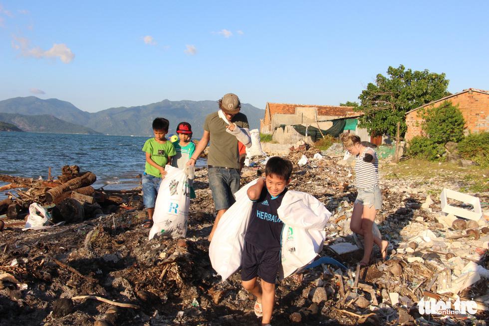 Bay từ Nam Phi, Argentina, Hà Lan qua Việt Nam… nhặt rác - Ảnh 14.