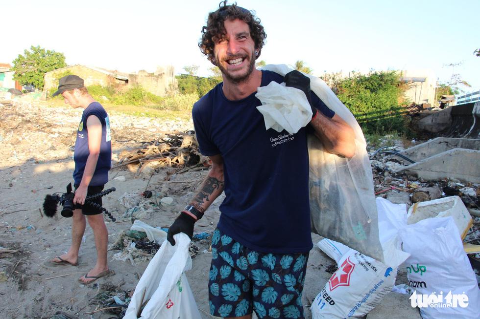 Bay từ Nam Phi, Argentina, Hà Lan qua Việt Nam… nhặt rác - Ảnh 15.
