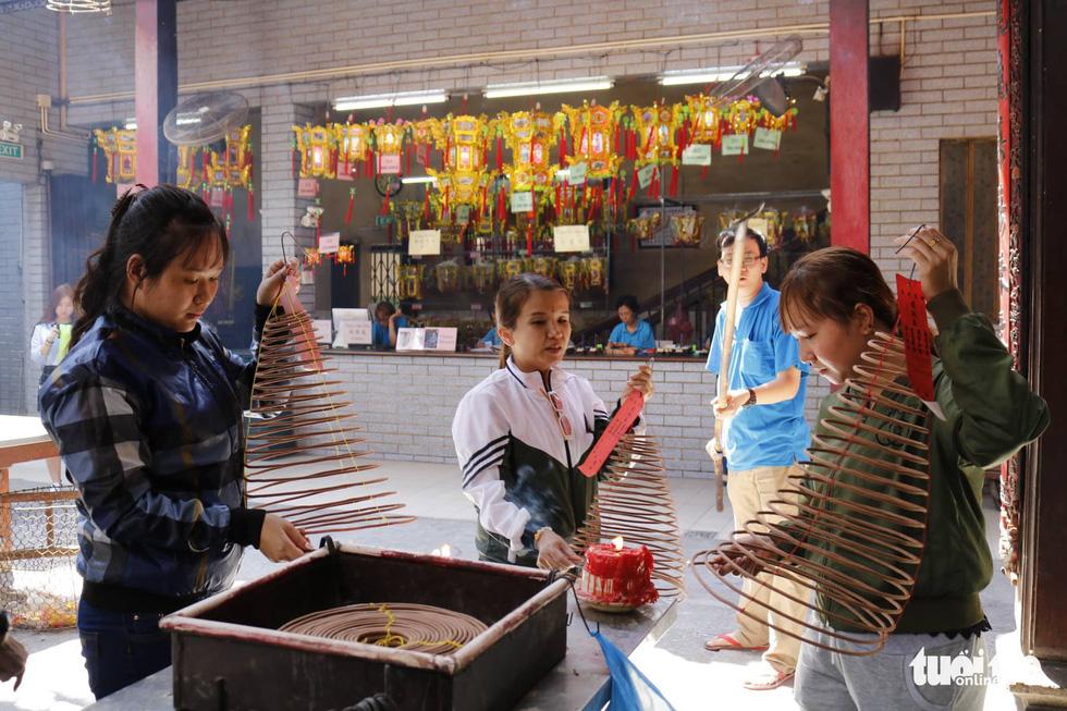 Chen nhau đi lễ chùa dịp rằm tháng giêng - Ảnh 10.