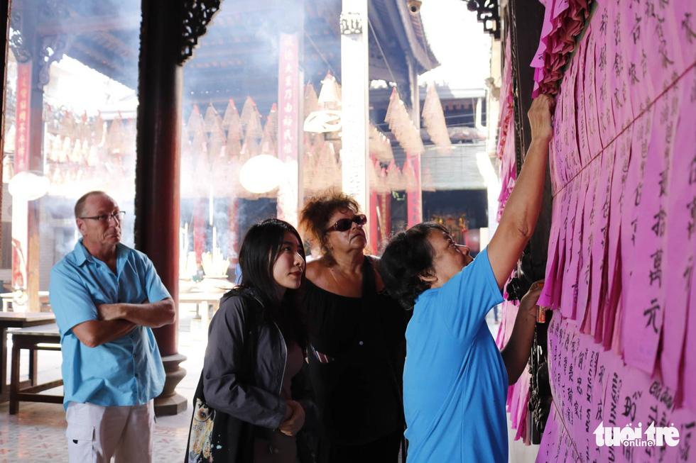 Chen nhau đi lễ chùa dịp rằm tháng giêng - Ảnh 11.