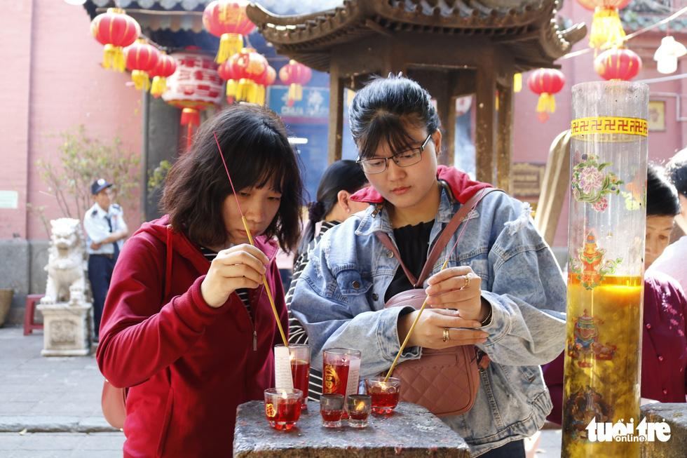 Chen nhau đi lễ chùa dịp rằm tháng giêng - Ảnh 4.