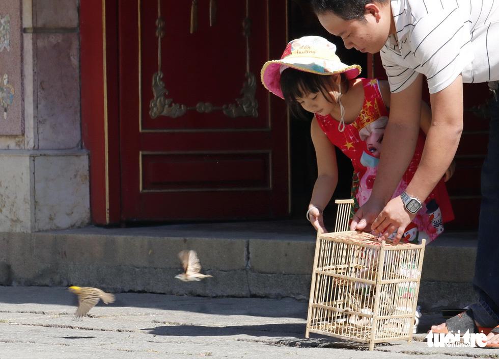 Chen nhau đi lễ chùa dịp rằm tháng giêng - Ảnh 6.
