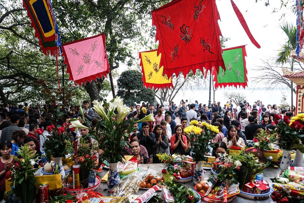 Chen nhau đi lễ chùa dịp rằm tháng giêng - Ảnh 12.