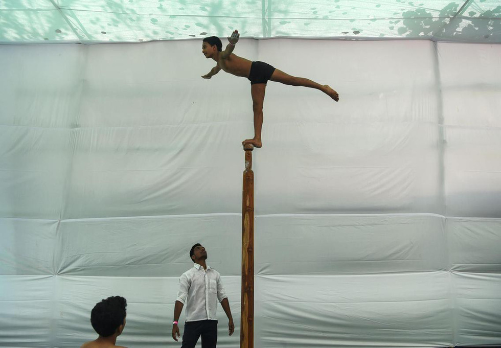 Ngỡ ngàng với 'Yoga trên cột' - Ảnh 10.