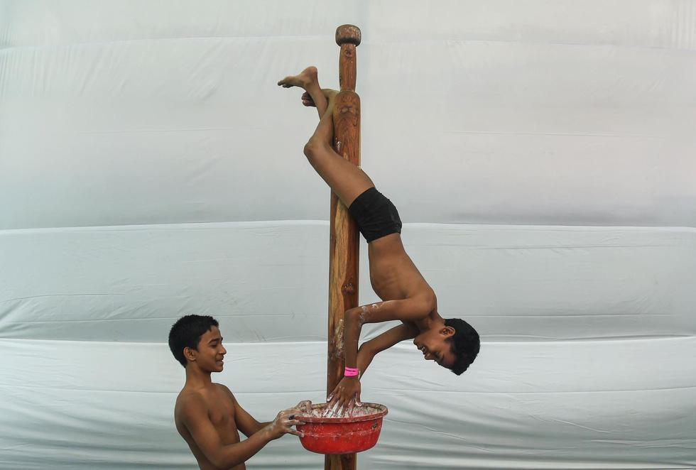 Ngỡ ngàng với 'Yoga trên cột' - Ảnh 8.