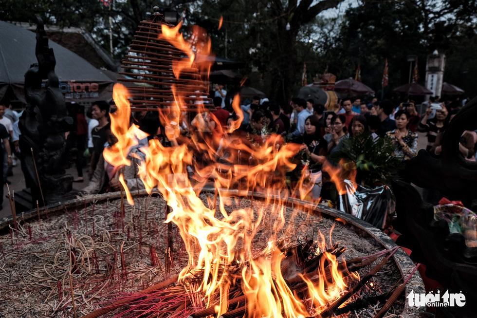 Hơn 2.000 người bảo vệ lễ khai ấn đền Trần đêm nay (18-2) - Ảnh 7.