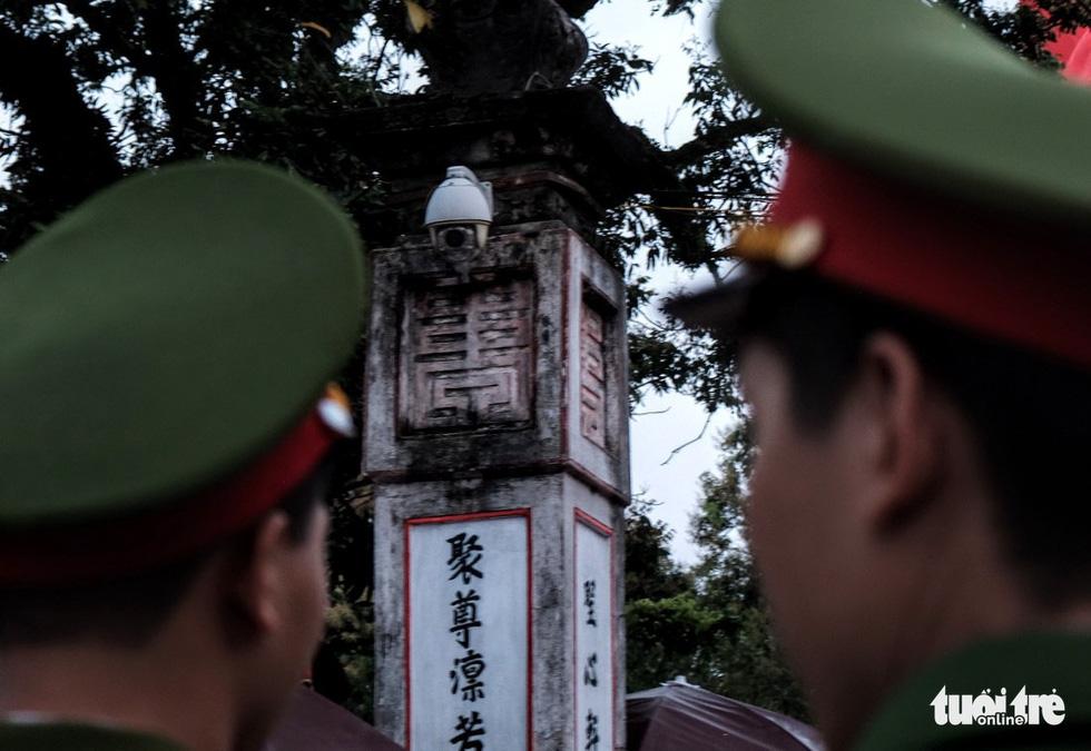Hơn 2.000 người bảo vệ lễ khai ấn đền Trần đêm nay (18-2) - Ảnh 2.