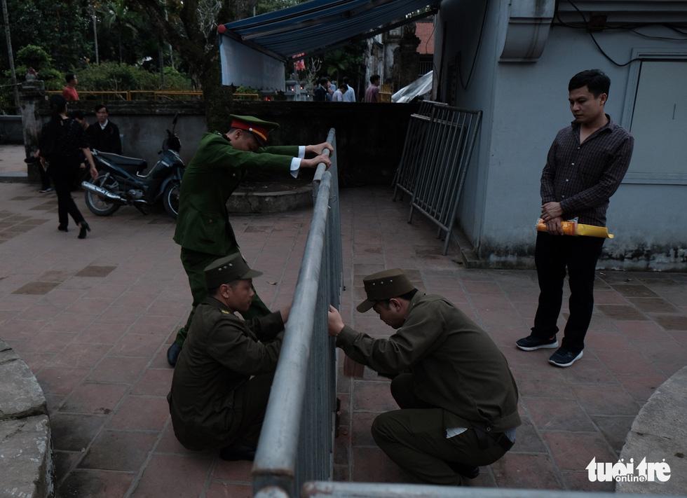 Hơn 2.000 người bảo vệ lễ khai ấn đền Trần đêm nay (18-2) - Ảnh 3.