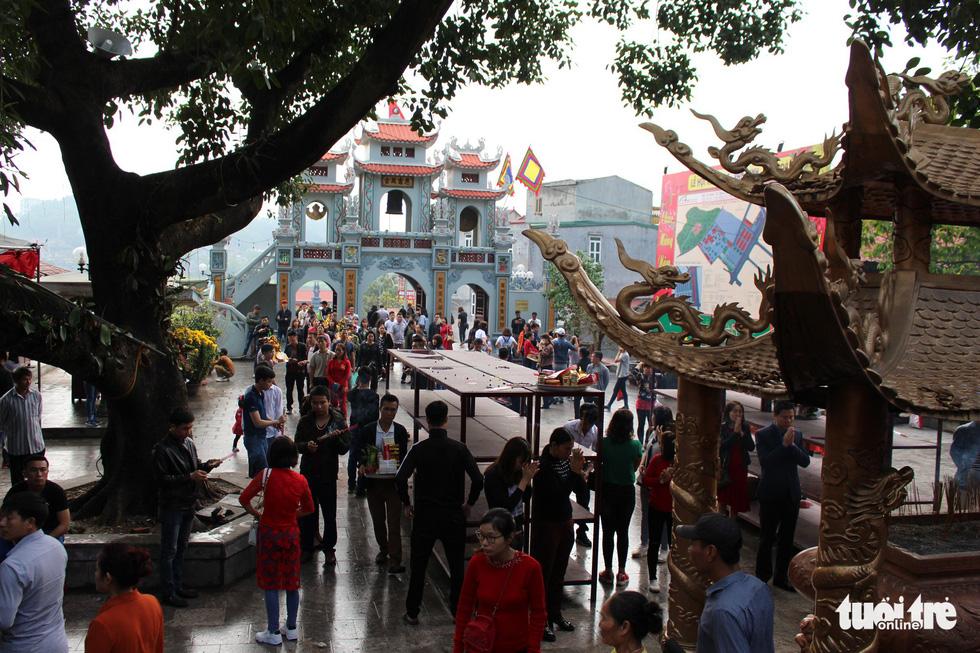 Những hình ảnh xấu xí tại lễ hội đền Bà Chúa Kho - Ảnh 1.