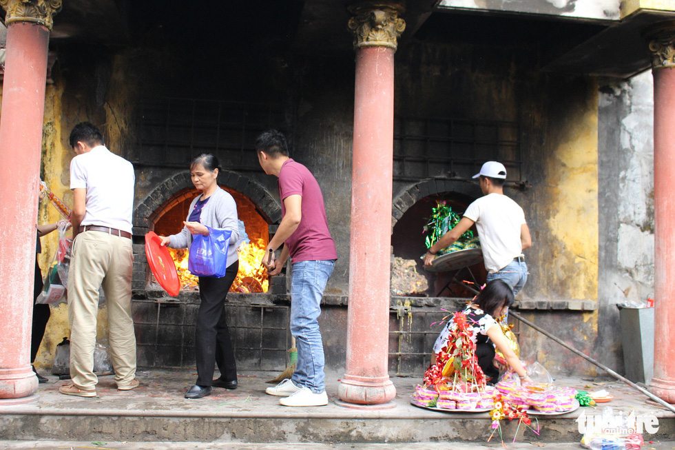 Những hình ảnh xấu xí tại lễ hội đền Bà Chúa Kho - Ảnh 6.