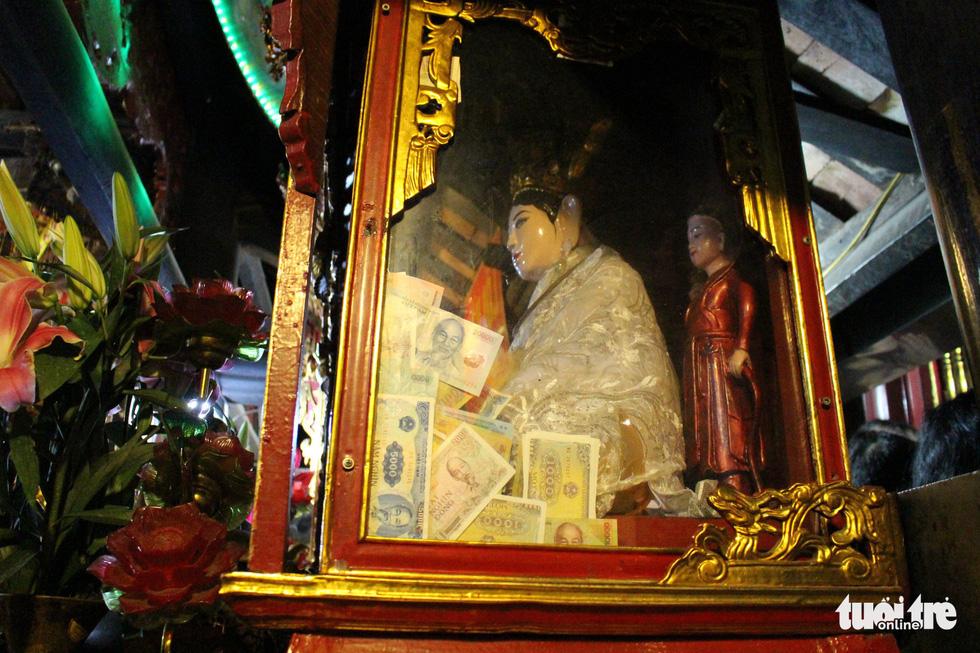 Những hình ảnh xấu xí tại lễ hội đền Bà Chúa Kho - Ảnh 5.