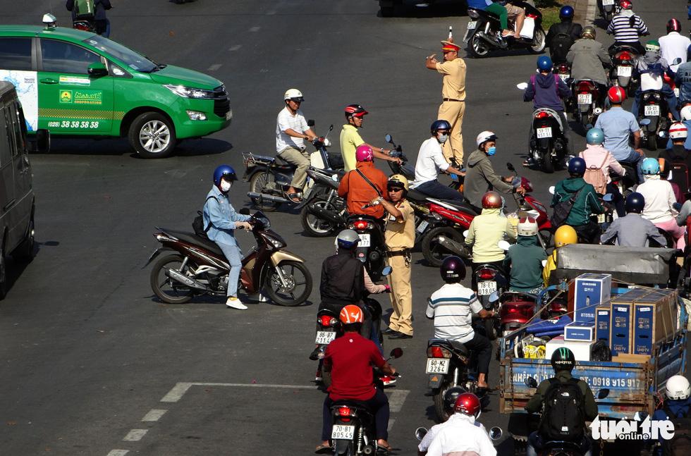Đèn giao thông hư, mạnh ai nấy chạy làm kẹt cứng cửa ngõ TP.HCM - Ảnh 4.