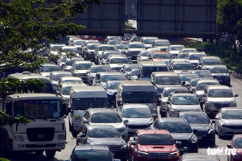 Đèn giao thông hư, mạnh ai nấy chạy làm kẹt cứng cửa ngõ TP.HCM - Ảnh 6.